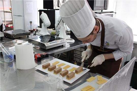 В Чебоксарском техникуме технологии питания и коммерции проходит тренировка расширенного состава Национальной сборной по компетенции «Кондитерское дело»